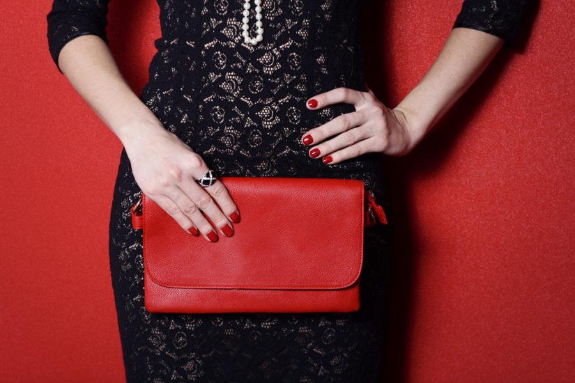 Czarna sukienka na sylwestra pozwala zaszaleć z dodatkami!