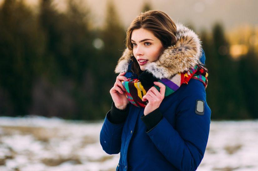 Kurtka damska z futerkiem to praktyczny i modny wybór na chłodne miesiące