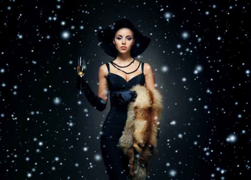 Czarna sukienka wymaga tylko charakterystycznych dodatków