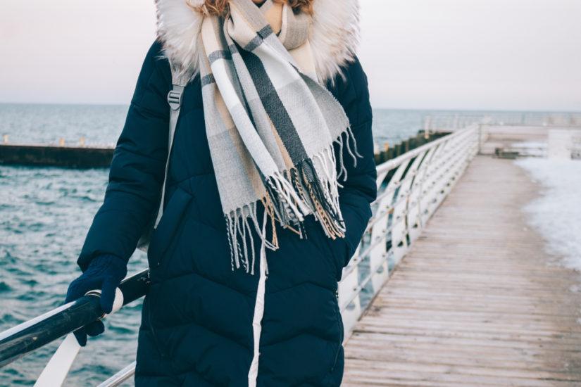 Puchowy płaszcz z futrem przy kapturze zapewni ciepło i stylowy look