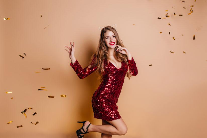 Sukienki na sylwestra z cekinami gwarantują efektowną stylizację
