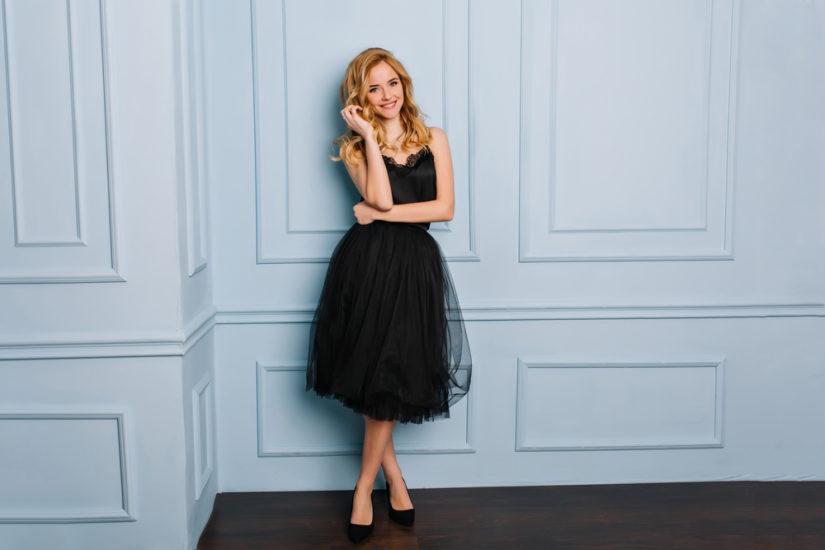 Jeśli cenisz klasykę w modzie, postaw na koronkową sukienkę sylwestrową. Będzie idealna zarówno na prywatkę, jak i na eleganckie przyjęcie