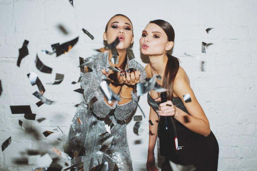Sukienki na sylwestra 2018 – jak ubrać się na domówkę, do klubu, na bal?