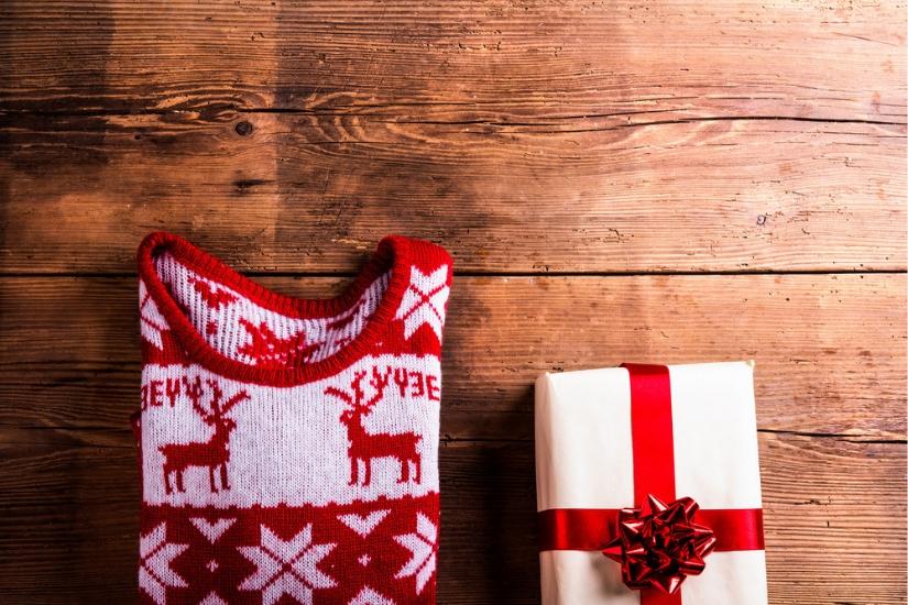 Świąteczny sweter pod choinką na pewno ucieszy miłośników sezonowych motywów