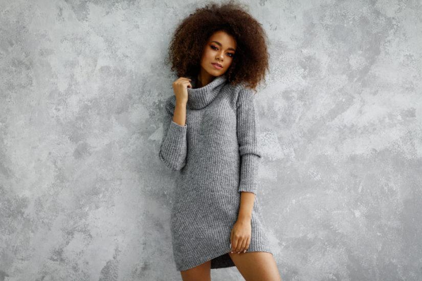 Długi sweter oversize doskonale sprawdzi się w roli sukienki!