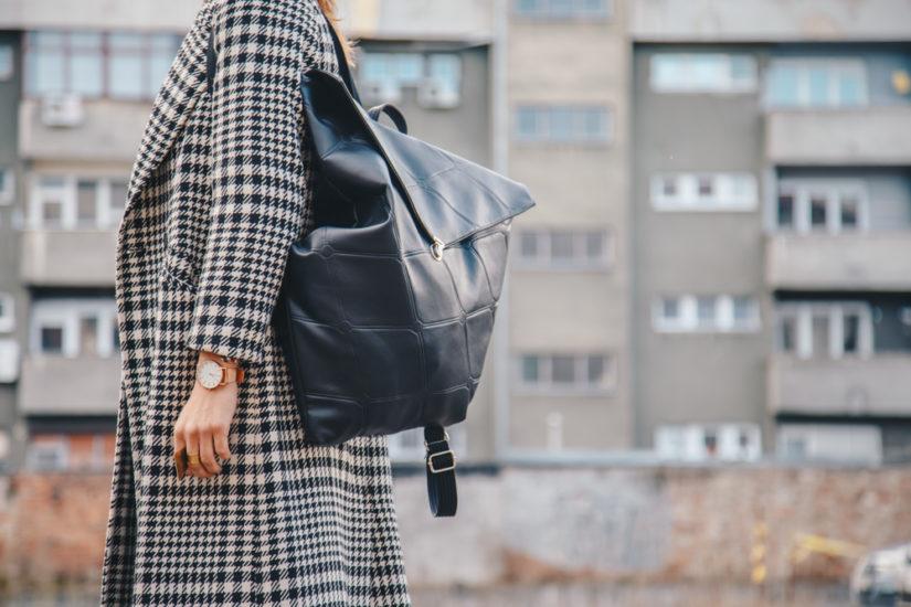Podczas zimowych wyprzedaży z pewnością warto kupić modny płaszcz w kratę!