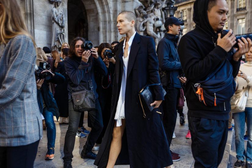 Eleganckie i efektowne czarne płaszcze również będą królować tej wiosny