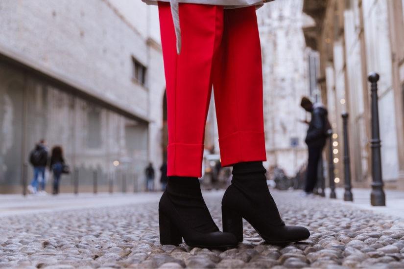 Szykowne spodnie w kant będą doskonałą bazą świątecznego stroju