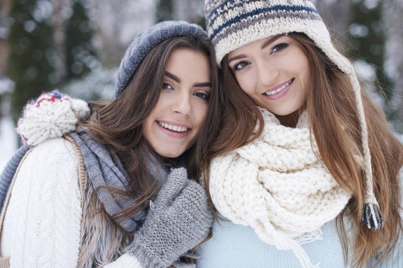 Na sezon 2018/2019 projektanci i popularne marki mają ciekawe propozycje modnych czapek i szalików