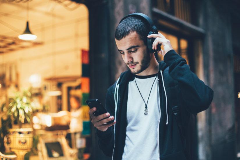 Słuchawki to klasyczny prezent na święta, który z pewnością przypadnie do gustu każdemu mężczyźnie.