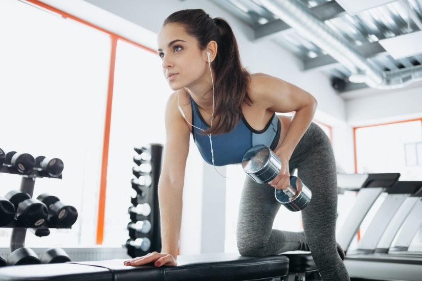 Słuchawki dobrze dopasowane do uszu oraz sportowy stanik przydadzą się każdej kobiecie