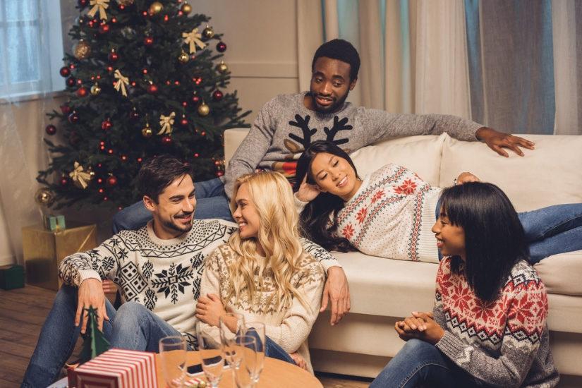 Świąteczne swetry nie wychodzą z mody! To przepis na przytulne i pełne humoru święta