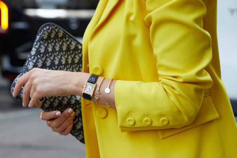 Żółty kolor na wiosnę świetnie będzie współgrał z innymi modnymi barwami, np. błękitem