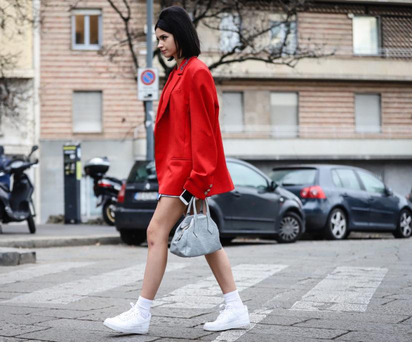 W modzie na lata 80. przywołuje się też białe buty - sportowe i eleganckie