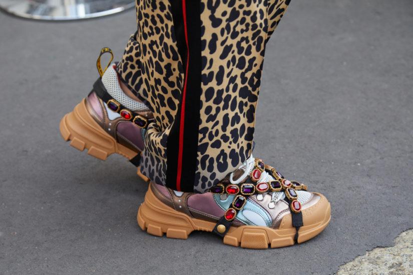 Biżuteryjne zdobienia, pióra i niebanalne wzory - to propozycja sportowych butów na sezon wiosenny 2019 dla lubiących zabawę modą!