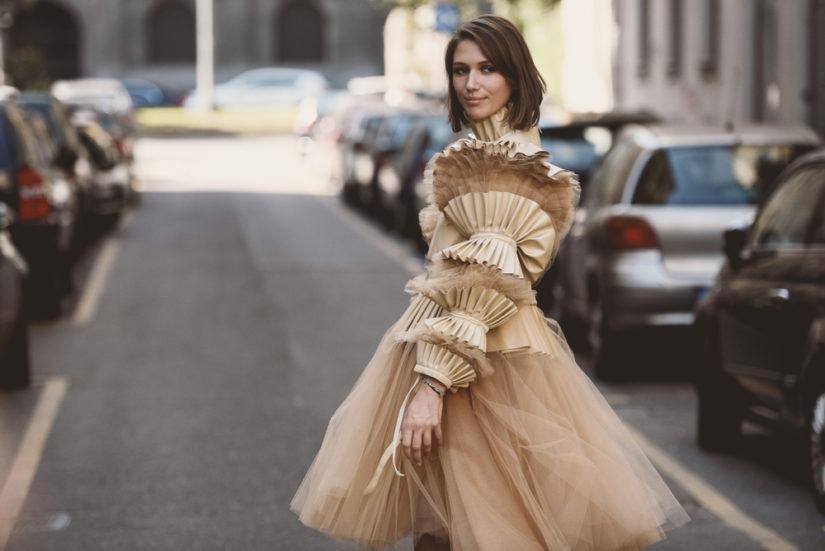 Koktajlowa sukienka w delikatnym stonowanym kolorze będzie wyglądać elegancko i bardzo modnie