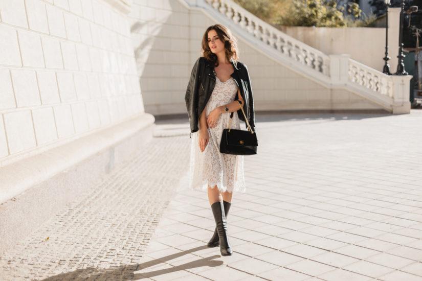 Biała sukienka koronkowa to świetny wybór także na co dzień, zwłaszcza w letnich stylizacjach