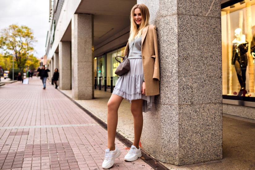 Sportowe buty mogą dobrze współbrzmieć także z klasyczną elegancją