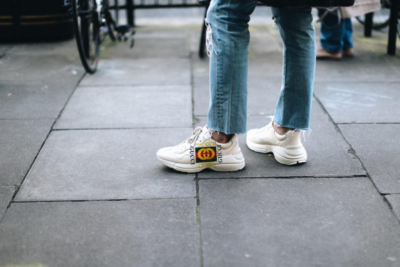 Białe sneakersy to propozycja dla miłośniczek klasyki