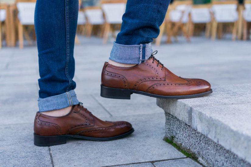 Klasyczne brogsy będą odpowiednie zarówno do spodni wizytowych, jak i jeansów