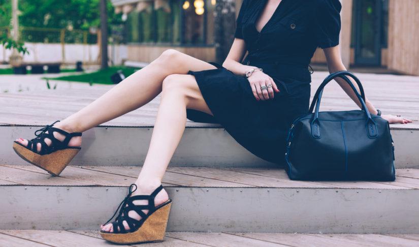 Czarne sandały na koturnie będą idealne do eleganckich stylizacji