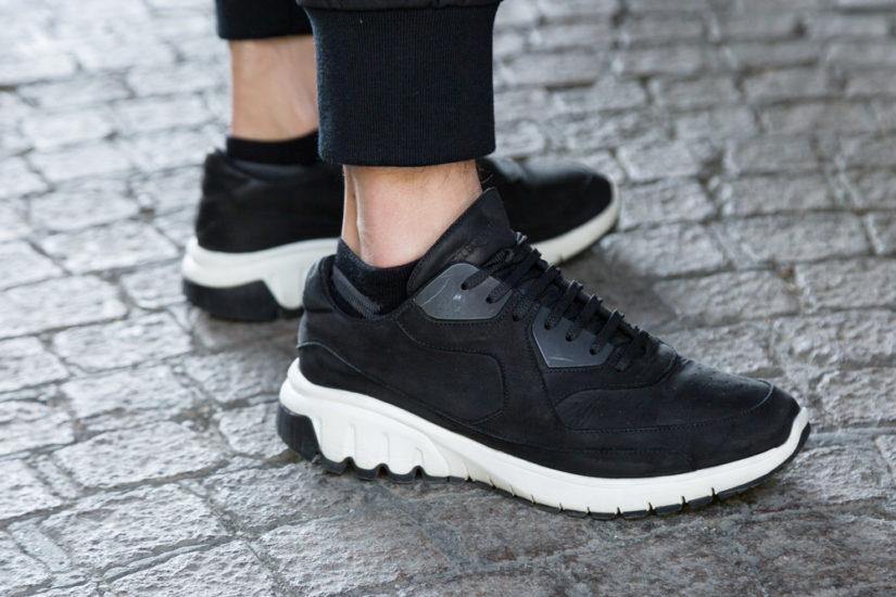 Klasyczne czarne buty sportowe to model obowiązkowy