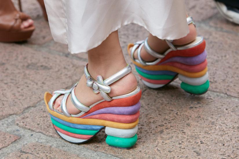 Tęczowe buty Salvatore Ferragamo - bardzo odważny model