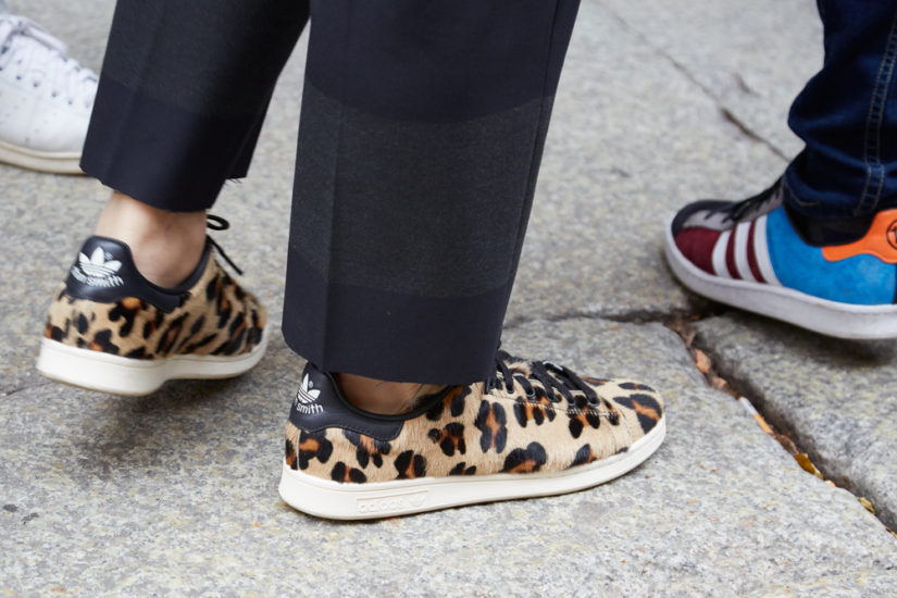 Sneakersy w najmodniejszy wzór sezonu to odważna propozycja