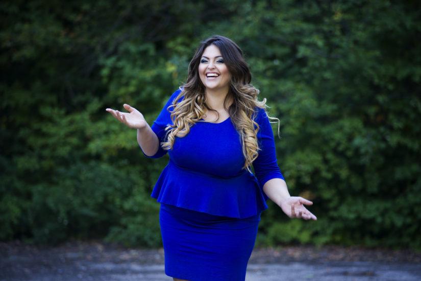 Sukienki na wesele dla puszystych to mnogość fasonów i kolorów, na pewno znajdziesz wśród nich coś dla siebie!