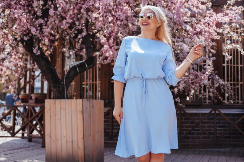 Sukienka plus size w pastelowym kolorze będzie idealna do codziennych stylizacji