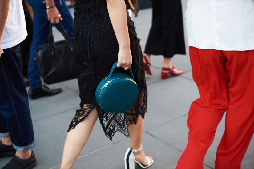Sukienki koronkowe z wyprzedaży to dobry pomysł na efektowną stylizację w atrakcyjnej cenie