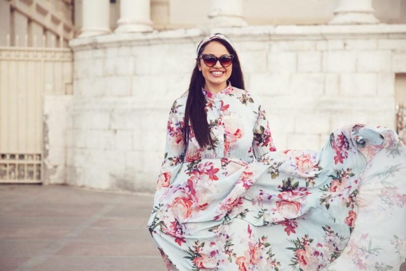 W ofercie sklepów internetowych znajdziesz sukienki w swoich ulubionych wzorach i kolorach, np. stylowe modele w kwiaty