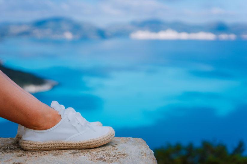 Sznurowane espadryle to wygodna wersja lekkiego, wiosenno-letniego obuwia. Są idealne na długie spacery!