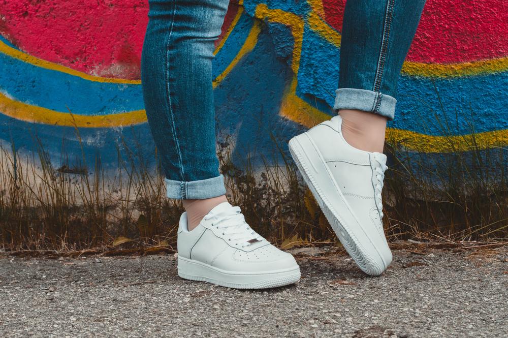 181f59fd872810 W tym sezonie białe buty sportowe damskie będą konkurować ze swoimi  odpowiednikami w kolorze ognistej czerwieni. Jednak już teraz wiemy, ...