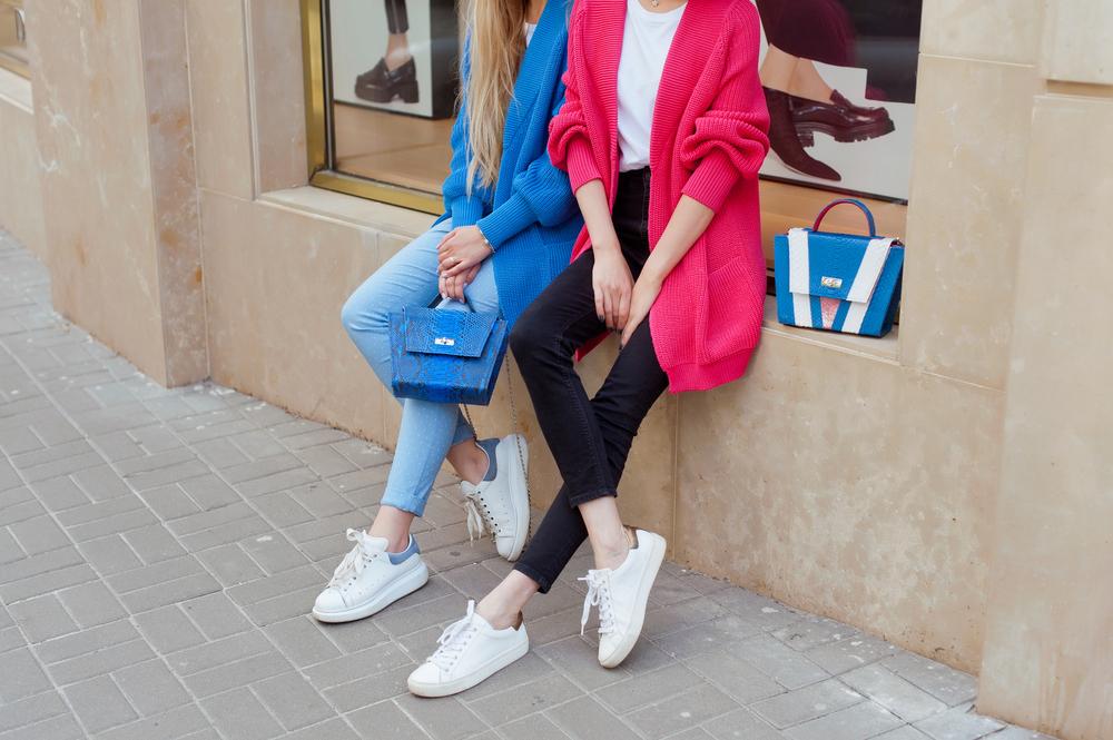 białe sneakersy stylizacje