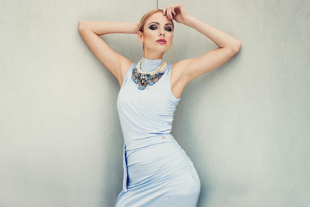 Jesli twoja sukienka na wesele jest dość minmalistyczna, możesz wybrać bogato zdobioną biżuterię.