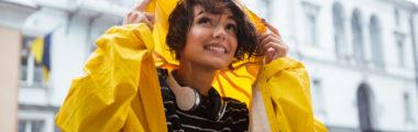 Wybierz modną kurtkę przeciwdeszczową na wiosnę 2019 w soczystym kolorze lub transparentną!