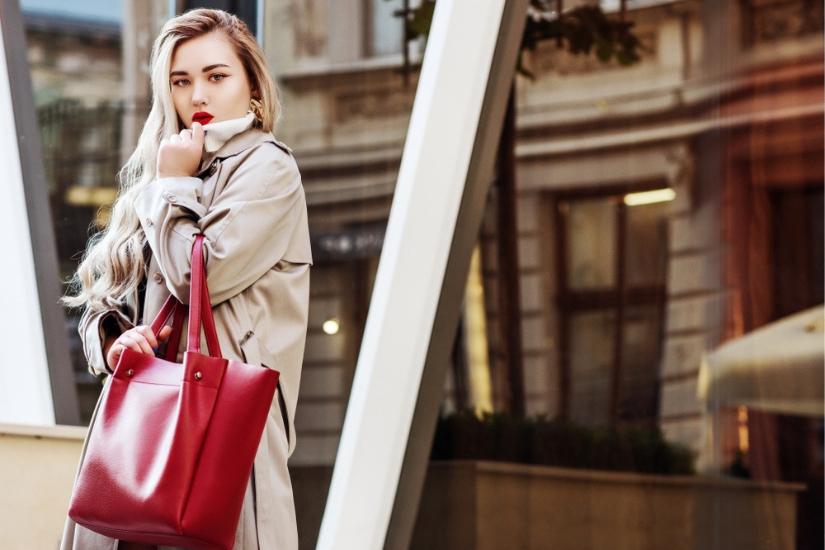 Beżowy trencz na wiosnę 2019 to jeden z ulubionych modeli projektantów i tysięcy kobiet!