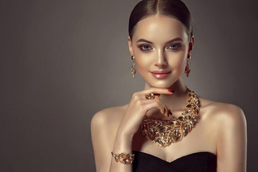 068753d8ab Biżuteria do czarnej sukienki powinna dopełniać jej ponadczasową elegancję