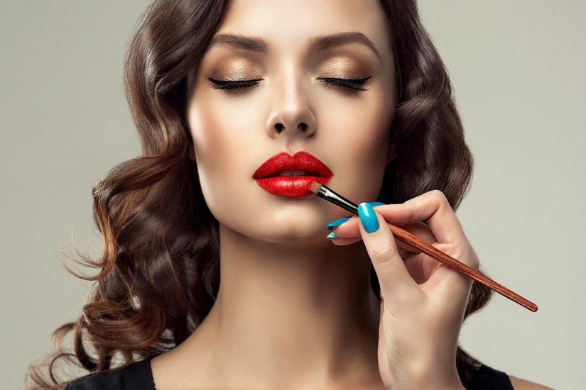 d2f1f9e7a6 Jaki makijaż pasuje do czarnej sukienki  Praktycznie każdy – uniwersalny  kolor kreacji pozwala na eksperymentowanie z barwami na ustach i powiekach.