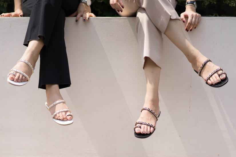 Jakie klapki na lato 2019 warto wybrać? Modele z futerkiem, na koturnie czy obcasie - masz mnóstwo możliwości!