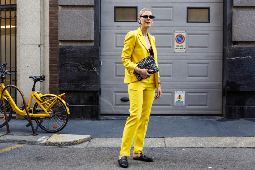 Garnitur damski zyskał w 2019 roku szczególną popularność, zarówno w odsłonie eleganckiej, jak i casualowej.