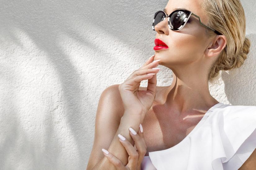 Modne paznokcie na lato 2019 to zarówno klasyczny biały manicure, jak i propozycje w szalonych kolorach i w oryginalne wzory.