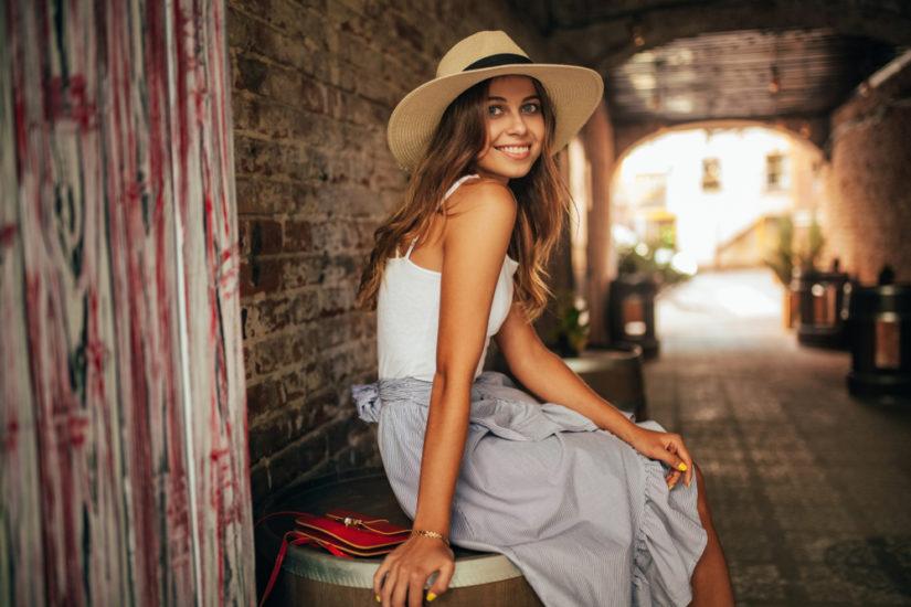 Modne spódnice na lato to m.in. plisowane modele i wiązane fasony z falbankami.