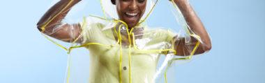 Modny płaszcz przeciwdeszczowy damski przyda się przy kapryśnej wiosennej pogodzie!
