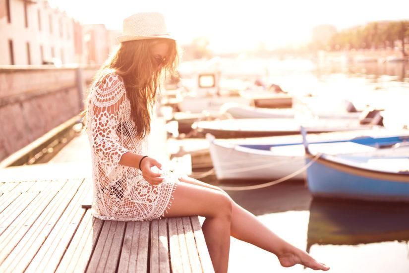 a8de9d50cc5178 Sukienka plażowa albo zwiewna tunika to najprostszy sposób na modną  stylizację na plażę. Wśród najciekawszych propozycji znajdziesz wiele  fasonów w stylu ...