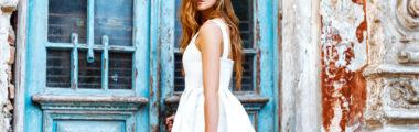 Sukienki letnie z wyprzedaży to białe modele, ale też te w soczystych kolorach.