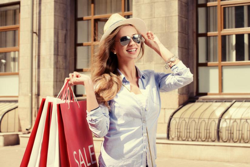 Wyprzedaże lato 2019 w Reserved, Zara, H&M, Mohito i w innych sklepach. Sprawdź, gdzie i kiedy zrobić zakupy!