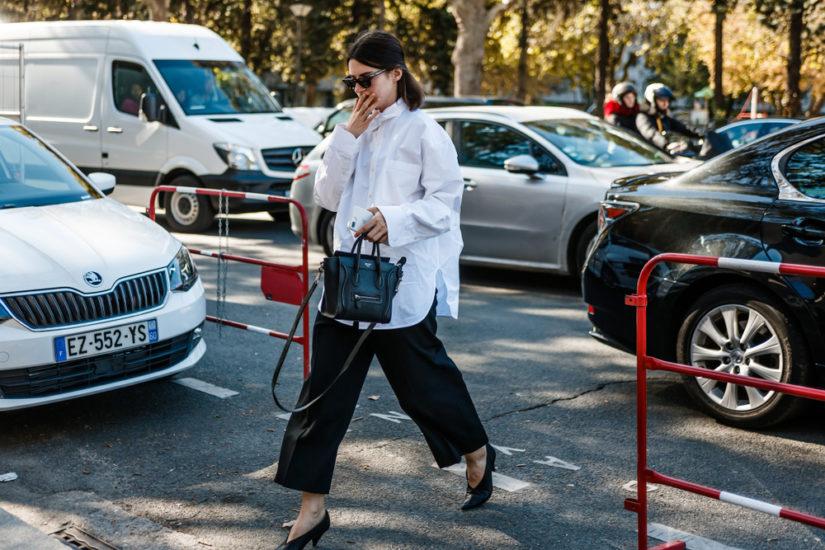 Styl smart casual damski często pojawia się w miejskich stylizacjach.