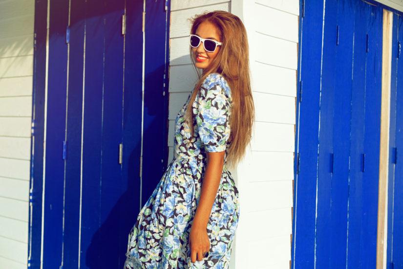 Modne sukienki w kwiaty na lato to modele pastelowe, ale też klasyczne czarne.